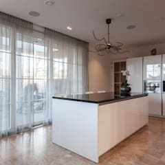 Vrijstaande villa:  Keuken door Dineke Dijk Architecten