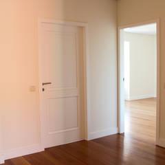 Casa RF: Portas  por Melo & Filhos Carpintaria