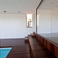 Casa DM: Piscinas  por Melo & Filhos Carpintaria