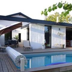 Piscine dans le jardin de la maison: Piscines  de style  par Créateurs d'interieur