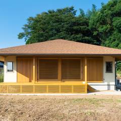 田園を望む現代の庵: FAD建築事務所が手掛けた一戸建て住宅です。
