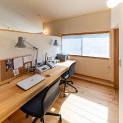 思い出の庭を愛でる家: FAD建築事務所が手掛けた書斎です。