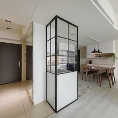 Pasillos y vestíbulos de estilo  por 微自然室內裝修設計有限公司