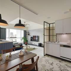 Kitchen units by 微自然室內裝修設計有限公司