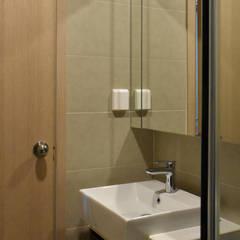 CĂN HỘ NHÀ MR CHÍNH TẠI NOVALAND SUNRISE:  Phòng tắm by VAN NAM FURNITURE & INTERIOR DECORATION CO., LTD.