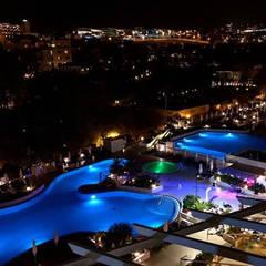 Vista Piscinas inferiores: Hoteles de estilo  de LB Diseño e Interiorismo