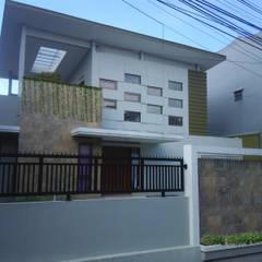 rumah tinggal cigadung selatan I/17 Rumah Modern Oleh daun architect Modern