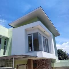 facade:  Rumah by daun architect