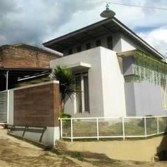 rumah tinggal di vila asri selatan II: Rumah oleh daun architect, Industrial