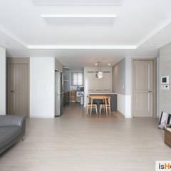 아늑함과 모던함이 동시에 느껴지는 34평 신혼집: 이즈홈의  거실