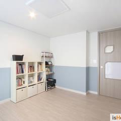 아늑함과 모던함이 동시에 느껴지는 34평 신혼집: 이즈홈의  방