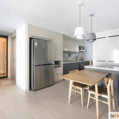 아늑함과 모던함이 동시에 느껴지는 34평 신혼집: 이즈홈의  주방