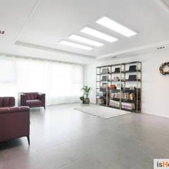 40평대 인천 아파트 감각적인 홈스타일링: 이즈홈의  거실