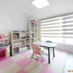 40평대 인천 아파트 감각적인 홈스타일링: 이즈홈의  아이방,미니멀
