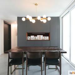 40평대 인천 아파트 감각적인 홈스타일링: 이즈홈의  다이닝 룸
