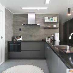 40평대 인천 아파트 감각적인 홈스타일링: 이즈홈의  주방