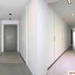 40평대 인천 아파트 감각적인 홈스타일링: 이즈홈의  복도 & 현관,미니멀
