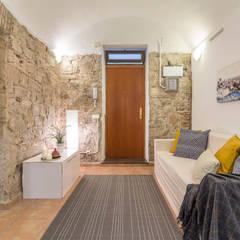 Entrada después: Pasillos y vestíbulos de estilo  de Impuls Home Staging