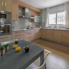 Home Staging chalet frente al mar en L'Ampolla: Cocinas de estilo  de Home Staging Tarragona - Deco Interior