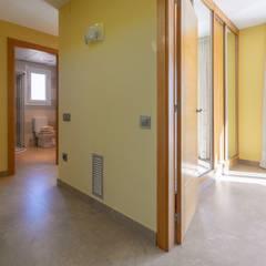 Home Staging chalet frente al mar en L'Ampolla: Pasillos y vestíbulos de estilo  de Home Staging Tarragona - Deco Interior