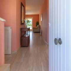 Home Staging en pareado de L'Ametlla de Mar: Pasillos y vestíbulos de estilo  de Home Staging Tarragona - Deco Interior