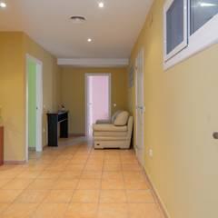 Home Staging en plurifamiliar de El Perelló: Pasillos y vestíbulos de estilo  de Home Staging Tarragona - Deco Interior