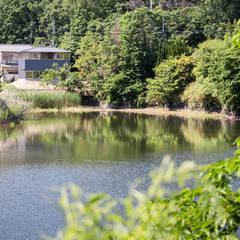 蛙股池の家: KOMATSU ARCHITECTSが手掛けた一戸建て住宅です。