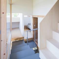 蛙股池の家: KOMATSU ARCHITECTSが手掛けた階段です。