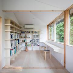 蛙股池の家: KOMATSU ARCHITECTSが手掛けた書斎です。