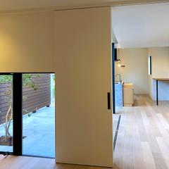 松戸の家(FLAT HOUSE): 大畠稜司建築設計事務所が手掛けた寝室です。