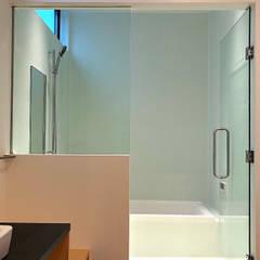 松戸の家(FLAT HOUSE): 大畠稜司建築設計事務所が手掛けた浴室です。