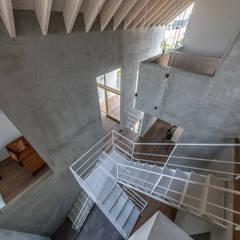 西改田の二世帯住宅: 武藤圭太郎建築設計事務所が手掛けた階段です。