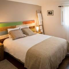 projeto de decoração de um alojamento local em Sintra - Quinta do Pé Descalço: Quartos  por Officina Boarotto