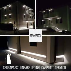 Segnapasso lineare led integrato nel cappotto termico: Villa in stile  di Eleni Lighting