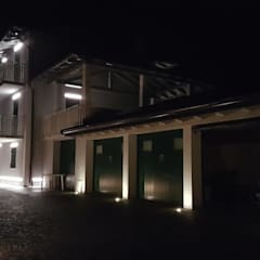 Segnapasso lineare led integrato nel cappotto termico - EL2101 Eleni Lighting: Villa in stile  di Eleni Lighting