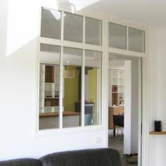 Réaménagement d'un rez-de-chaussée: Salon de style  par One look inside