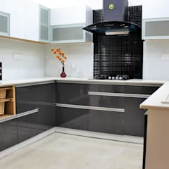 U shaped kitchen:  Small kitchens by Easyhomz Interiors Pvt Ltd