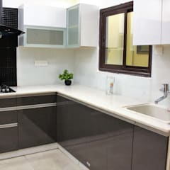 White quartz used for slab:  Small kitchens by Easyhomz Interiors Pvt Ltd