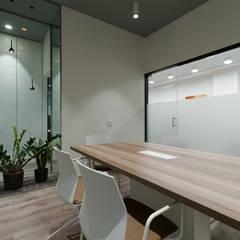 Sala de reunión: Estudios y despachos de estilo  de E. G. Mondragón