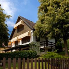 CASA TRADIZIONALE COMUNE DI CUNEO: Casa di legno in stile  di Sangallo srl