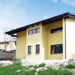 COSTRUZIONE EDIFICIO COMMERCIALE L' AQUILA: Casa di legno in stile  di Sangallo srl