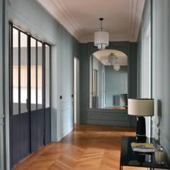 Entrée: Couloir et hall d'entrée de style  par A comme Archi