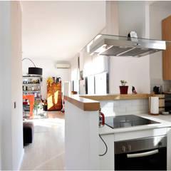 Rehabilitación y adecuación de un piso en Barcelona: Cocinas de estilo  de JSV-Architecture