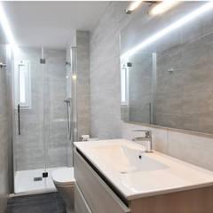 Reforma integral de un piso en Barcelona por el estudio de arquitectura JSV: Baños de estilo  de JSV-Architecture