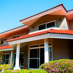 Fachada al jardín: Casas de estilo  por Escala arquitectura