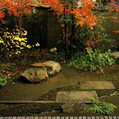 主屋前の庭: 一級建築士事務所 ネストデザインが手掛けた枯山水です。