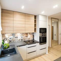 GRA W KONTRASTY: styl , w kategorii Aneks kuchenny zaprojektowany przez KODO projekty i realizacje wnętrz