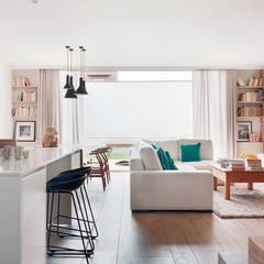 Sala de estar / Cocina / Comedor: Salones de estilo  de Abrils Studio