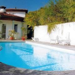 Piscinas de jardín de estilo  por AH BADDESIGN GMBH Schwimmbad & Saunabau