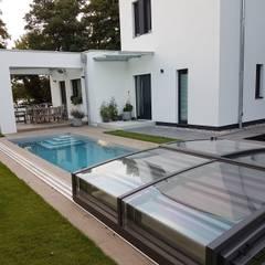 Piscinas de jardín de estilo  por AH BADDESIGN GMBH Schwimmbad & Saunabau ,
